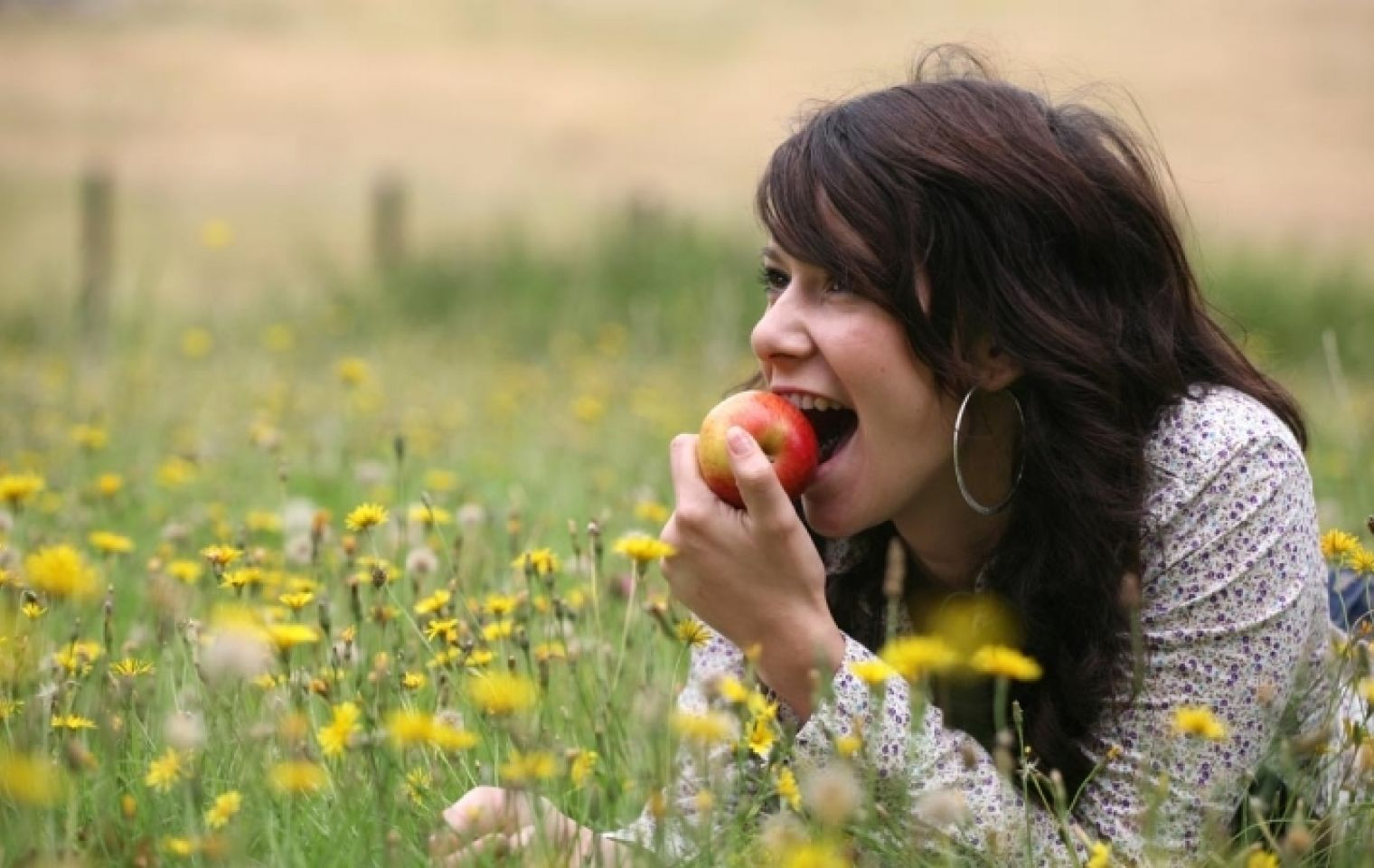 Woman eating apple snacking vs grazing 800 450